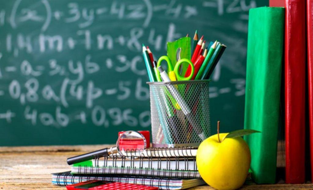 Table et tableau de classe scolaire
